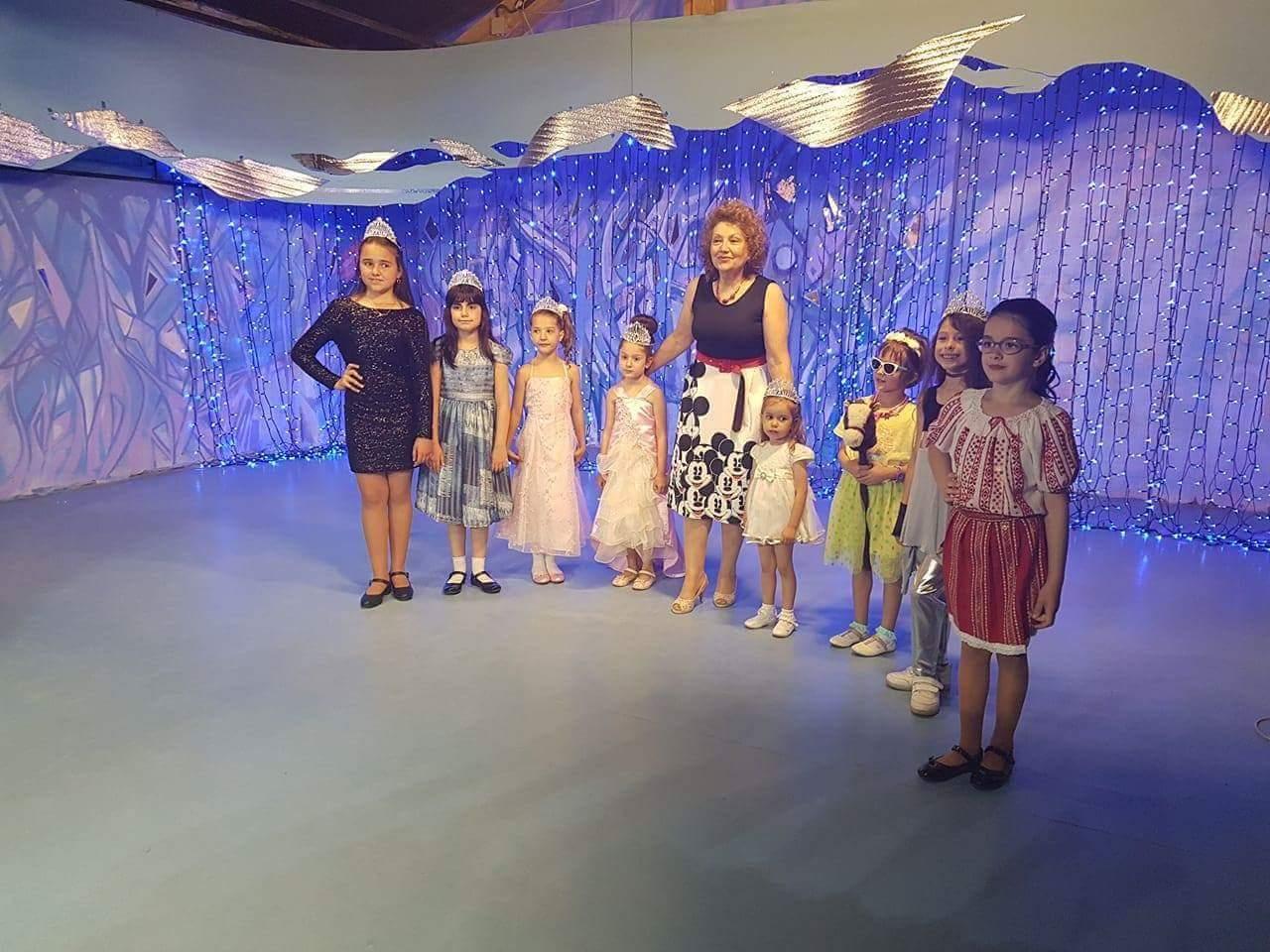 Modellingul, un curs pentru tinerele domnisoare din Bascov.Valeria Coman , un instructor dedicat modei si bunelor maniere