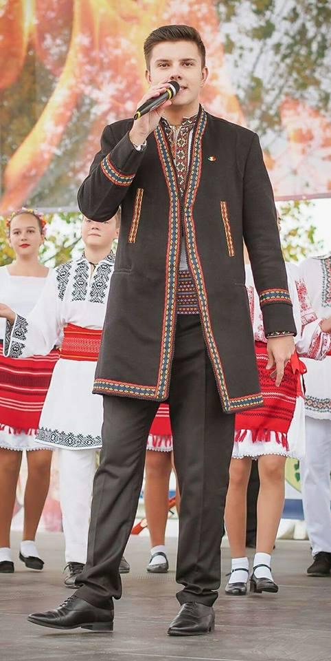 """Eusebiu David, solist al Ansamblului """"Doina Bascovului"""", sef de promotie al Facultatii de Muzica a Universitatii din Pitesti"""